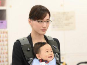 赤ちゃんを抱く綾瀬はるか