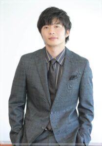 スーツ姿の田中圭