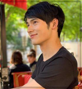 微笑む岡田健史