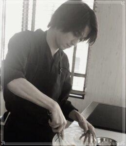 料理をする横浜流星