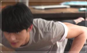 腕立て伏せをする岡田健史