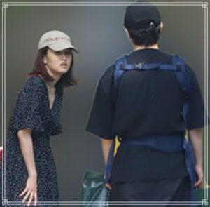 路上で話す前田敦子と勝地涼