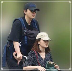 車椅子に乗る前田敦子