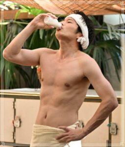 銭湯で牛乳を飲む田中圭