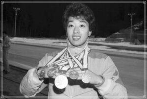 メダルをつける橋本聖子