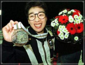 メダルを掲げる橋本聖子