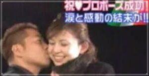 嫁にキスをする出川哲郎