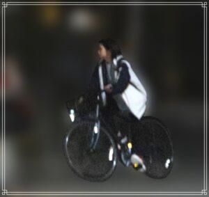 自転車で帰宅する高木