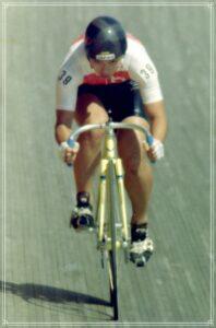 自転車競技をする橋本聖子