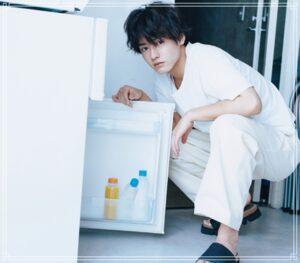 冷蔵庫を開ける赤楚