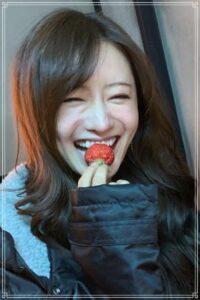 イチゴを食べる松本まりか