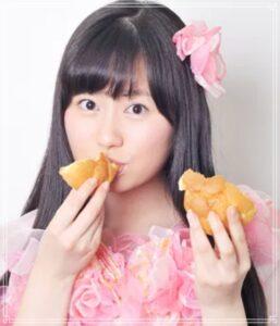 シュークリームを食べる佐々木彩夏
