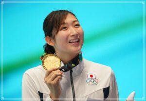 金メダルを持つ池江璃花子