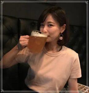 ビールを飲む鈴木唯アナ