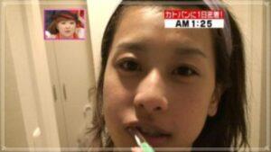 歯磨き中の加藤綾子
