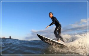 サーフィンを楽しむ五十嵐勉