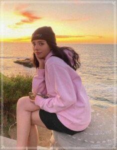 夕陽をバックに映るバレンティナ選手