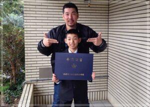 卒業を祝う中村輪夢と父・辰司